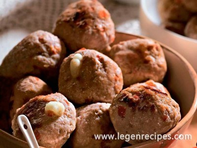Meatballs with cashew nuts, bananas and curry