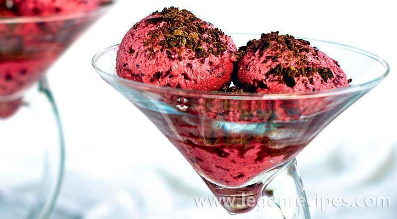 Yoghurt-ice-cream-with-blackberry-1