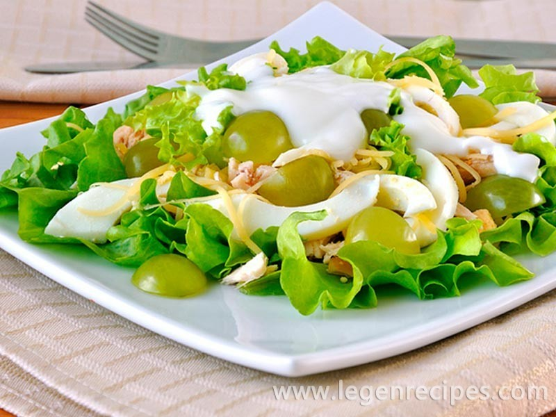 Salad with chicken and grapes