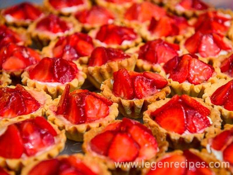 Tartlets with strawberries and green strawberry salad