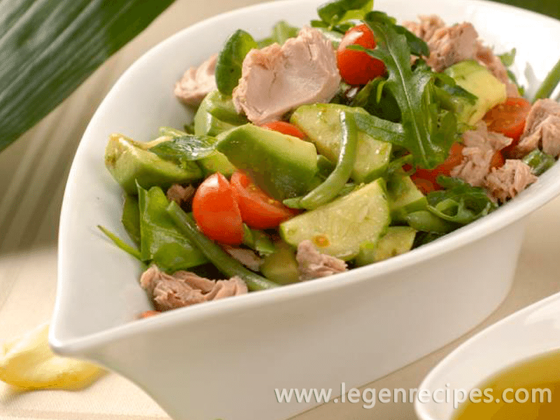Vegetable salad with canned tuna