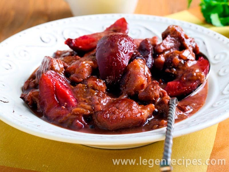Roast beef with plums