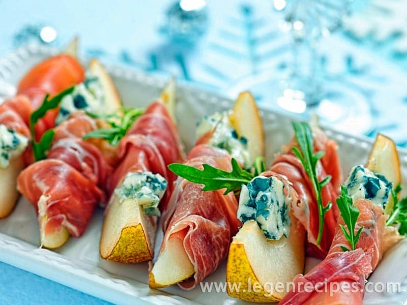 Rolls with ham, a pear and blue cheese