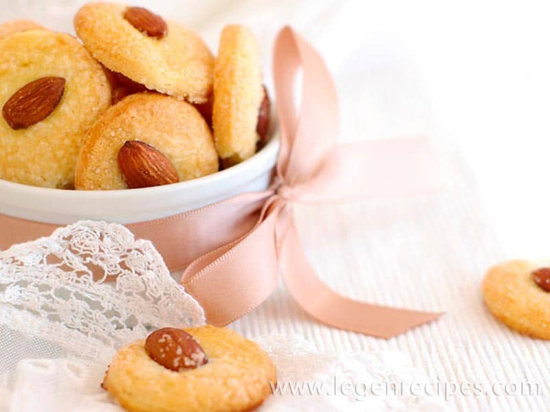 Shortbread biscuits with cinnamon and almonds