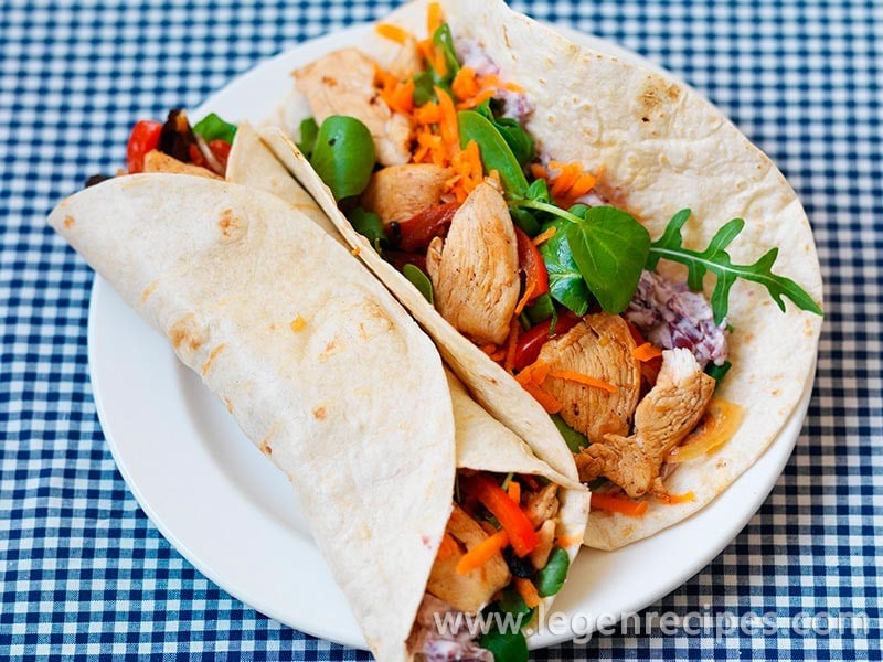 Tortillas stuffed with chicken and salad