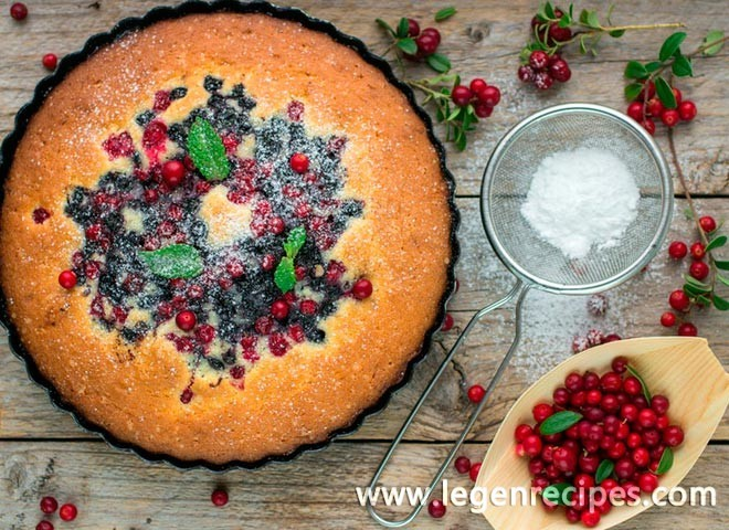 Sponge cake with berries and sour cream