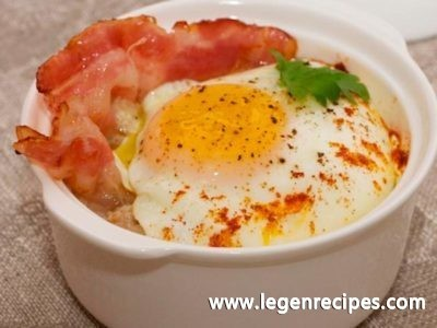 Nourishing porridge with egg and bacon