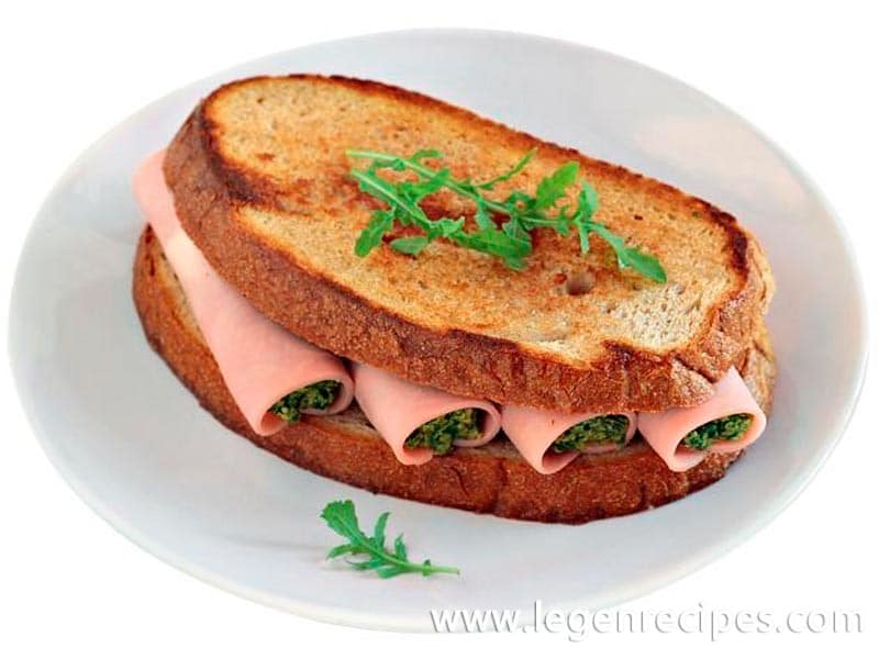 """The sandwich with ham and the Abkhazian salad """"acharkhat"""""""